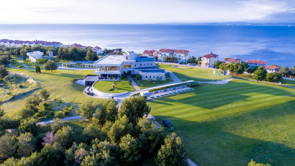 Overview of the club house close by the water